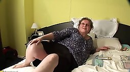 Elderly chick Gonny wants to explore her gaping vagina